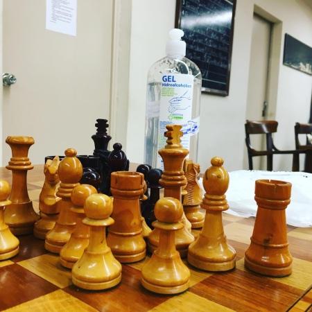Peces d'escacs amb ampolla de gel desinfectant